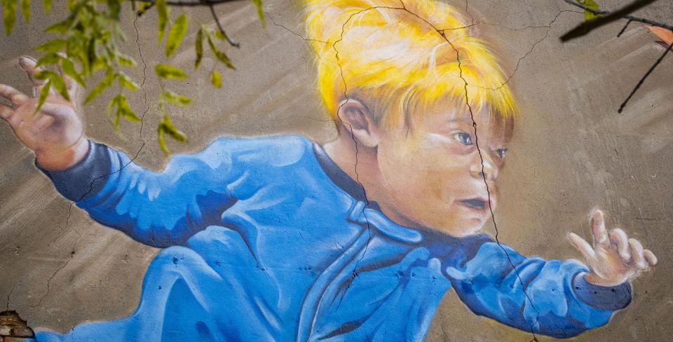 Graffitiwerk van een jongen met downsyndroom die droom dat hij kan vliegen