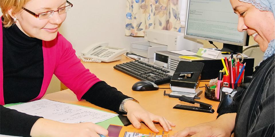 Vrouw krijgt informatie in een Sociaal steunpunt gezondheid