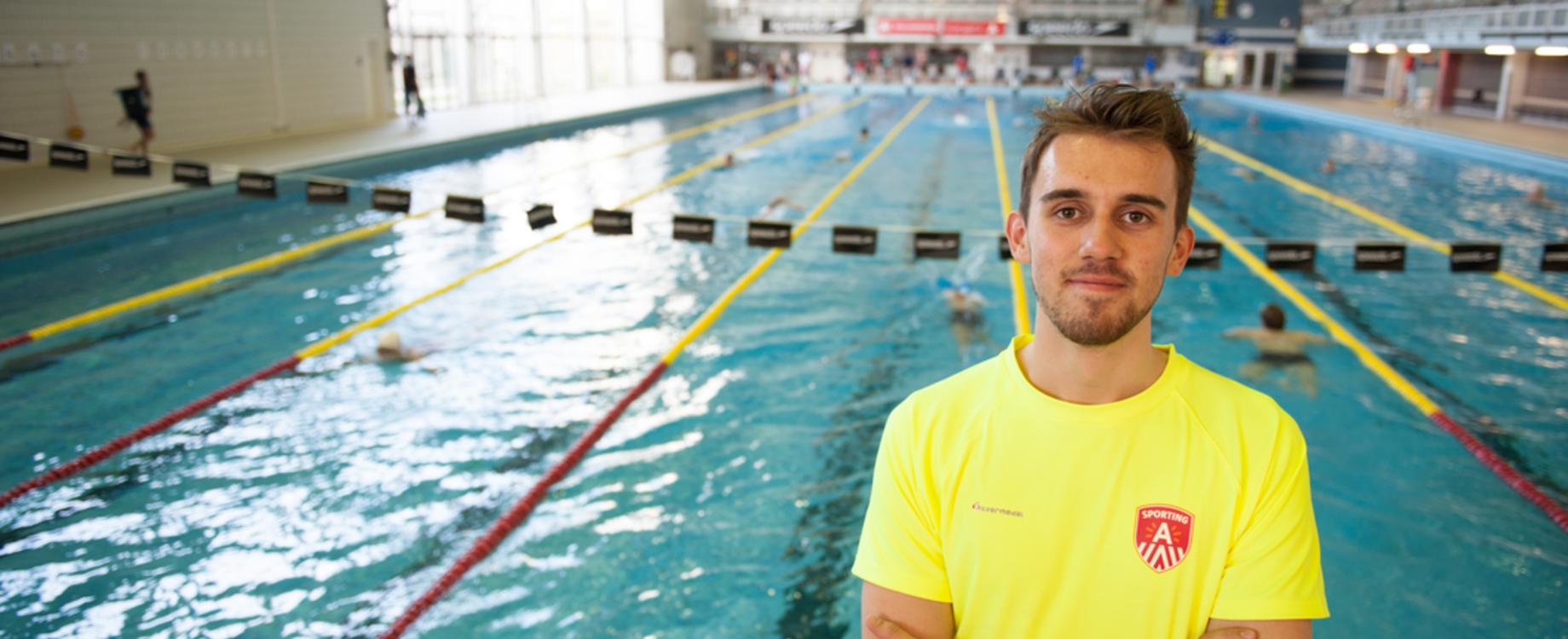 Jobstudent-redder Lukas in zwembad Wezenberg