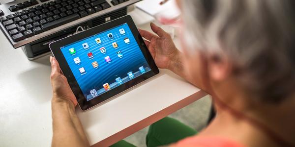 Foto van vrouw die tablet vasthoudt