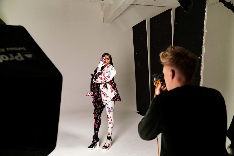 Élodie poseert tijdens fotoshoot