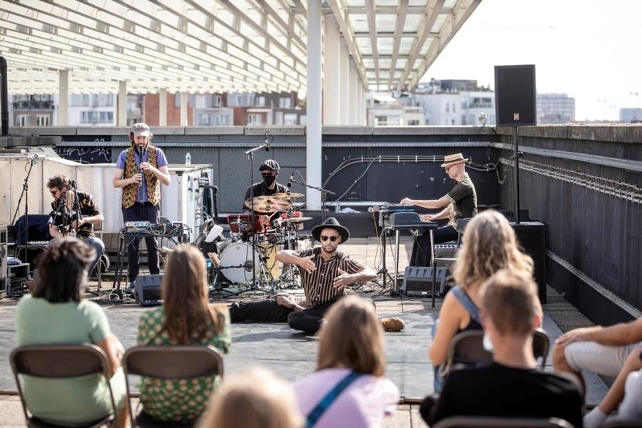 Publiek kijkt naar muzikanten en dansers