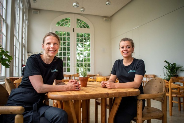 Twee vrouwen aan een tafel in de Oranjerie