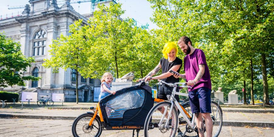 Man, vrouw en kind met fiets en bakfiets aan het KMSKA