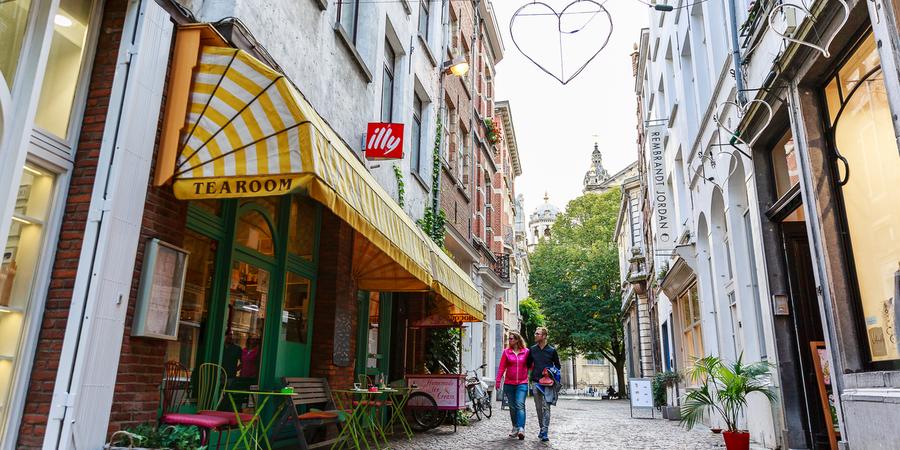 Koppel wandelt door de Wijngaardstraat