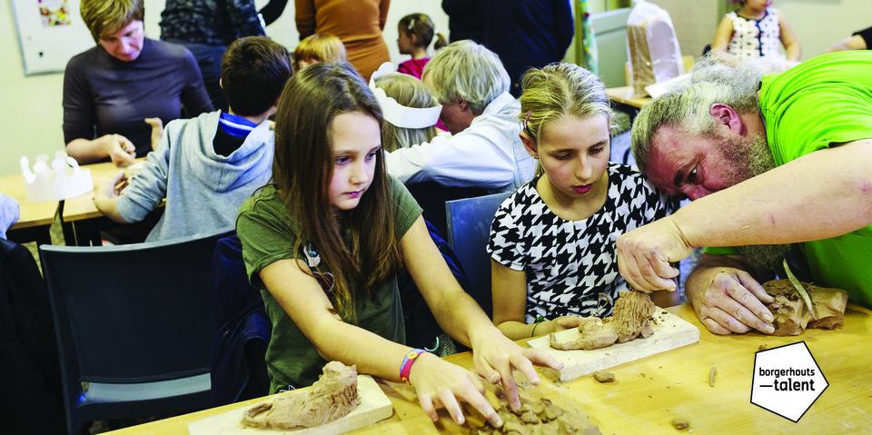 Borgerhouts animalier Michael Bracke geeft een workshop dieren beeldhouwen op de Kunstendag voor Kinderen
