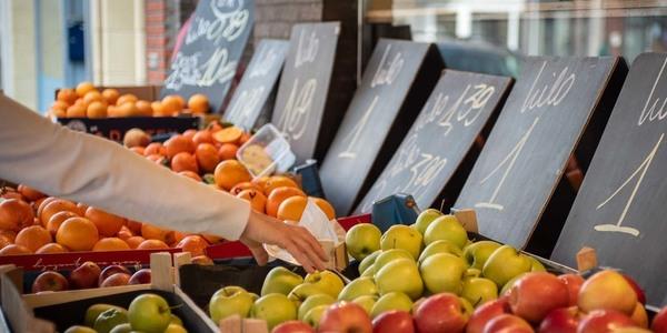 Hand dat fruit uitkiest bij lokale handelaar