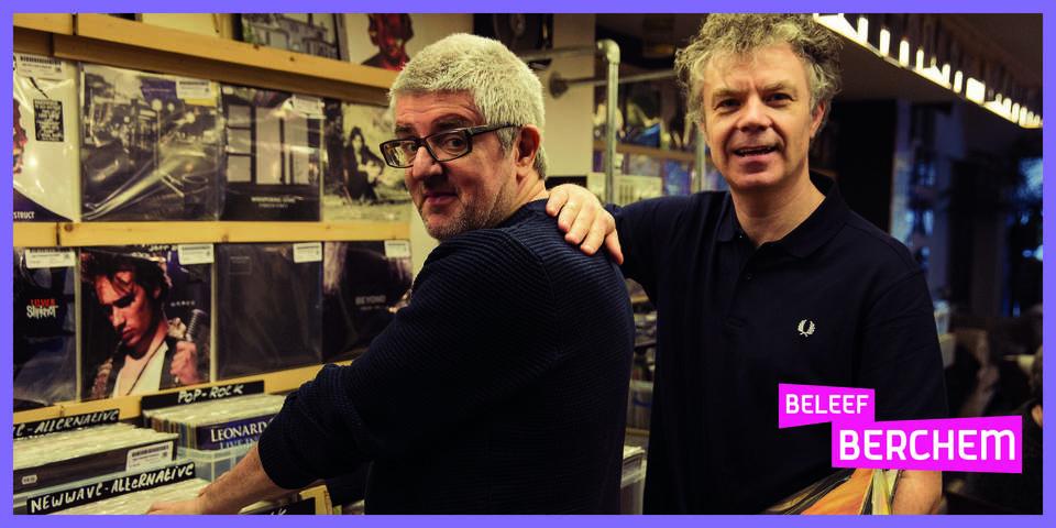 Jan Delvaux en Jimmy Dewit poseren voor een platenkast.
