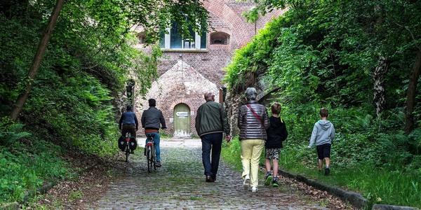 Een aantal mensen wandelen naar de ingang van het binnenfort