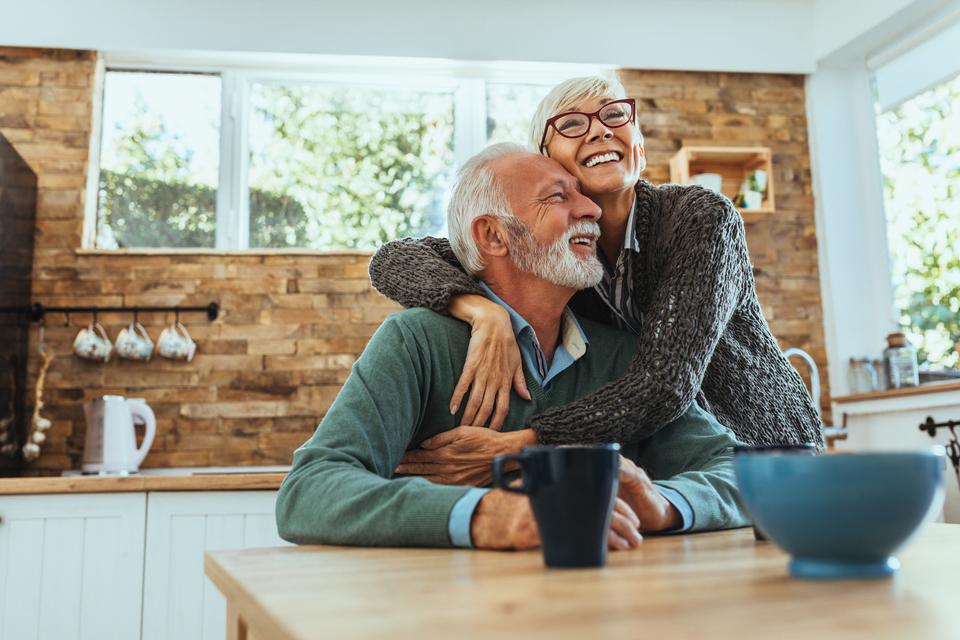 Twee senioren die elkaar omhelsen