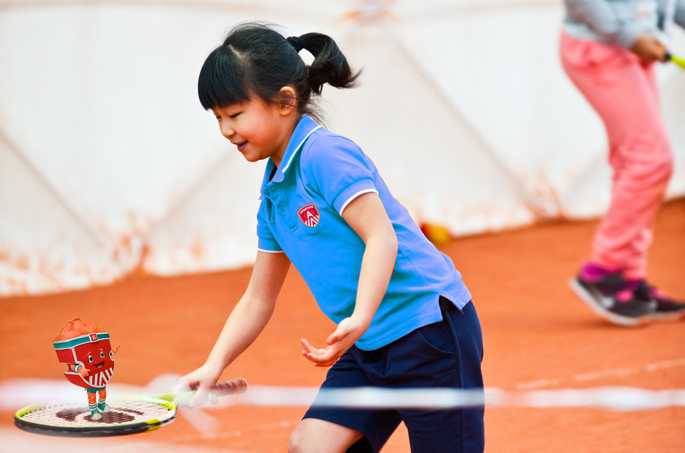 Meisje dat deelneemt aan een tenniskamp van de Antwerpse Sportweken kijkt naar haar tennek - tennis