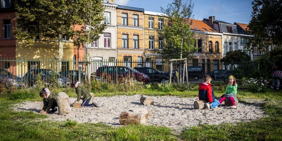Boomstammen als zit- en spelelement in een zandzone