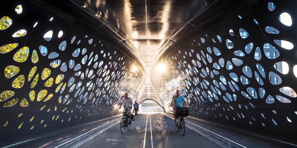 Twee fietsers en een wandelaar op de Parkbrug