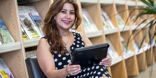 Bezoeker leest tijdschriften online in bib Couwelaar