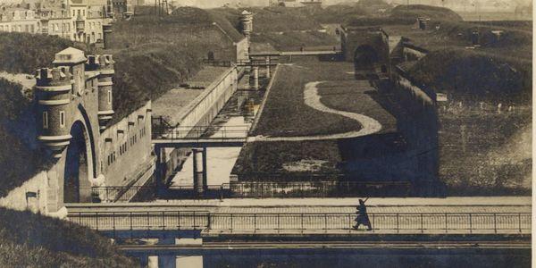 Sfeerbeeld van de Brialmontomwalling. Onder Wolvenberg zouden de brug, de toegangsweg en de geschutsopstelling (uiterst rechts te zien) liggen.